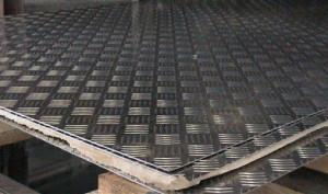 На фото - изготовление строительного материала с рифлением, poltava.flagma.ua