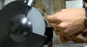 На фото - полирование вольфрамового стержня после заточки, youtube.com