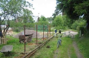 На фото - установка столбов для забора из сетки-рабицы, inf-remont.ru