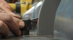 Фото процесса заточки токарного резца, youtube.com