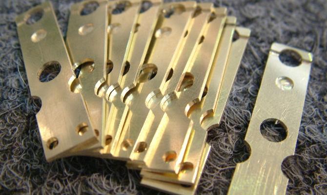 На фото - детали из легированной свинцом медно-цинковой композиции