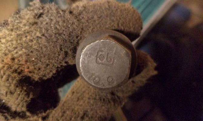 На фото - маркировка болта из мартенситной стали