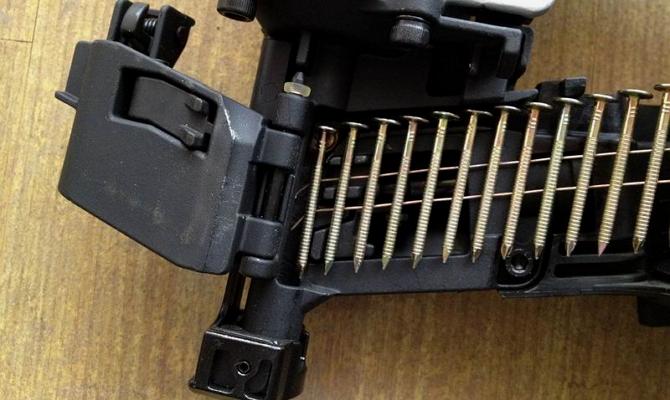 Пневматический пистолет для устройства кровли