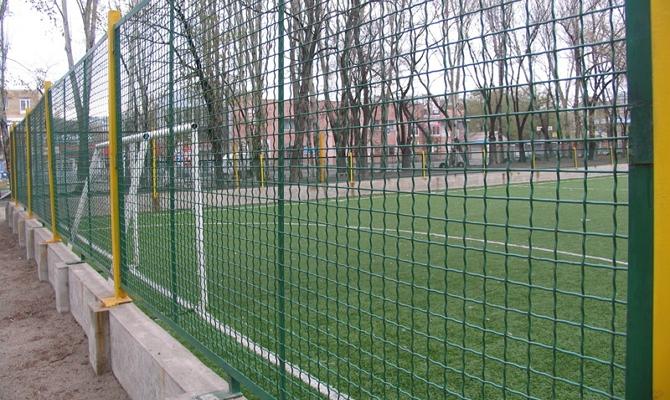 Делаем прочный забор из необычной сетки