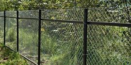 Установка забора из сварной сетки – как смонтировать долговечную ограду?